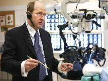 нейрохирург Гарнет Сазерленд и робот НейроАрм (NeuroArm)