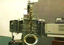 робот саксофонист