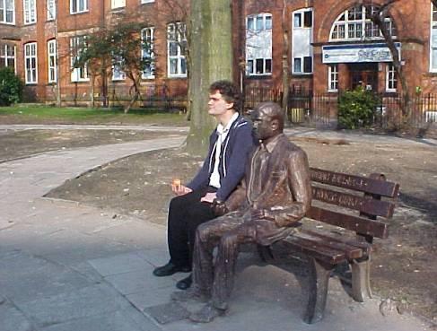 Richard Wallace рядом со статуей Тьюринга в Манчестере