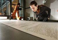 Робот из Центра искусства и технологий в Карлсруэ закончил писать лютеровскую Библию