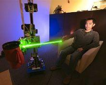 Робот El-E управляется лучом лазера