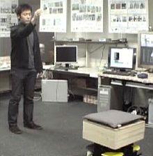 Робот управляется жестами