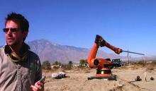 Промышленный робот, метающий шары для боулинга