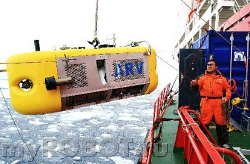На снимке: член третьей китайская арктической экспедиции помогает вытащить робот из воды.