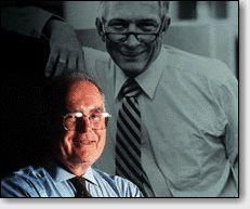 Основатели Intel: Гордон Мур на фоне портрета Роберта Нойса